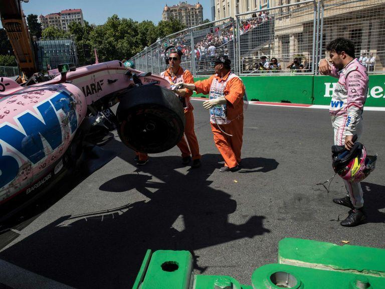 Sergio Pérez reacciona después de estrellar su coche en Baku