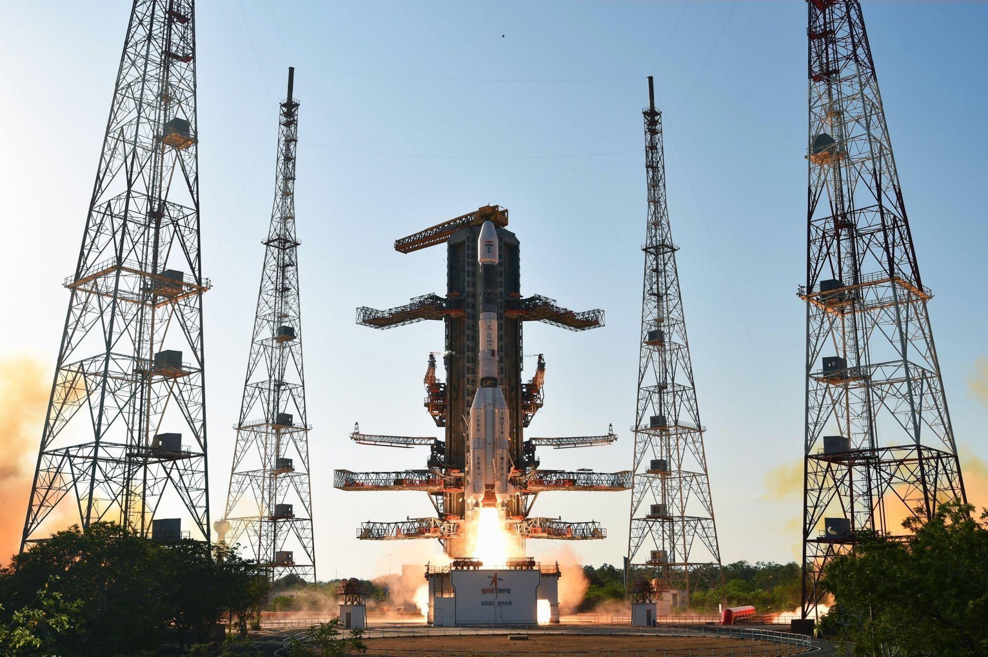 Vehículo GSLV-F09 mientras transporta un satélite de comunicaciones en la segunda plataforma de lanzamiento del Centro Espacial de Sriharikota