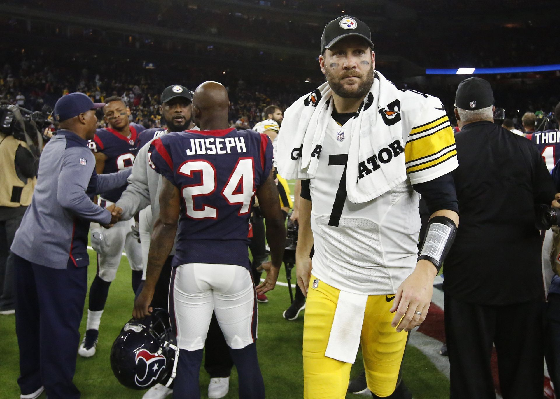 Roethlisberger da triunfo a Steelers evitan primera ronda playoffs