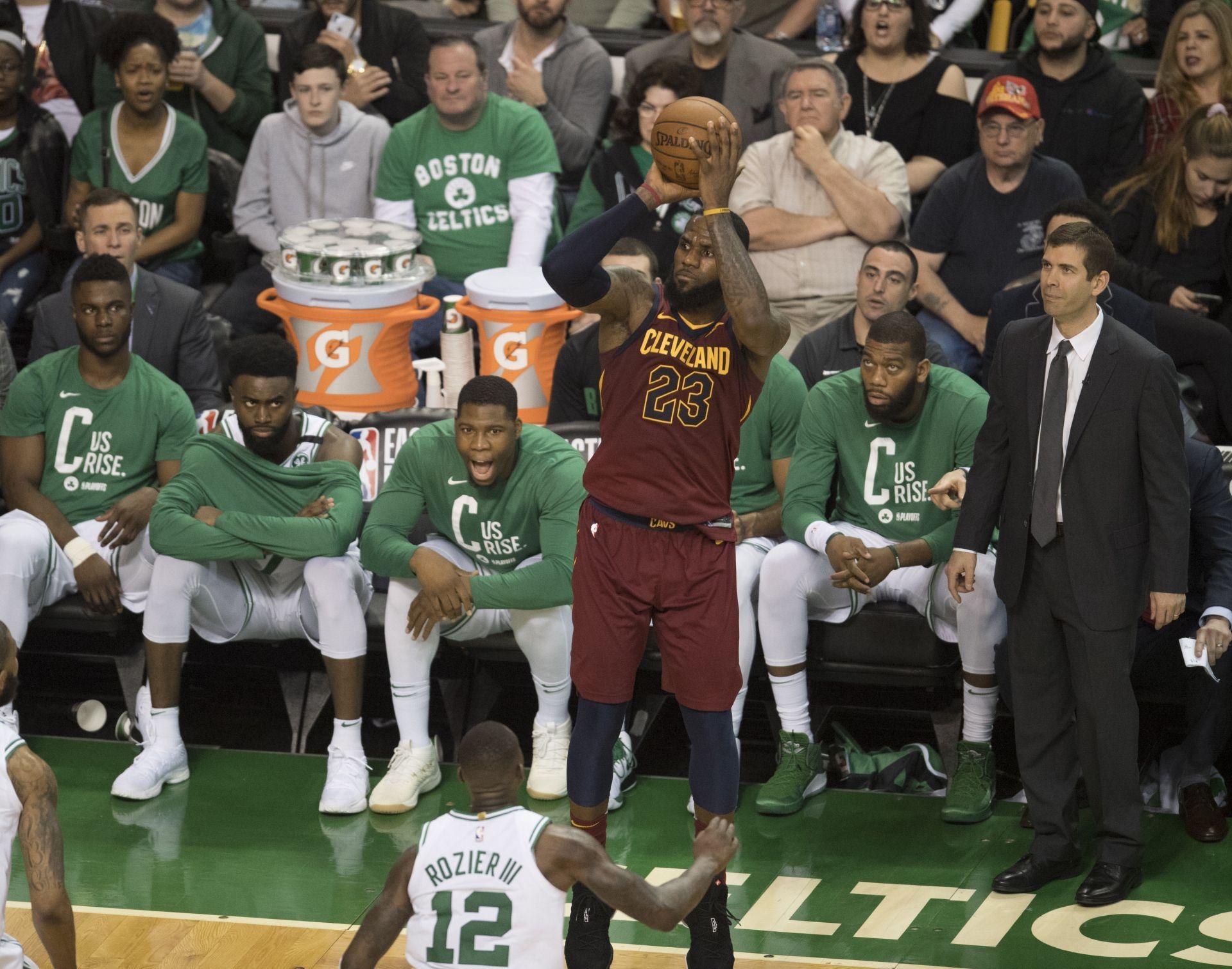 108-83 Brown y Morris ganan a los Cavaliers y Celtics toma ventaja
