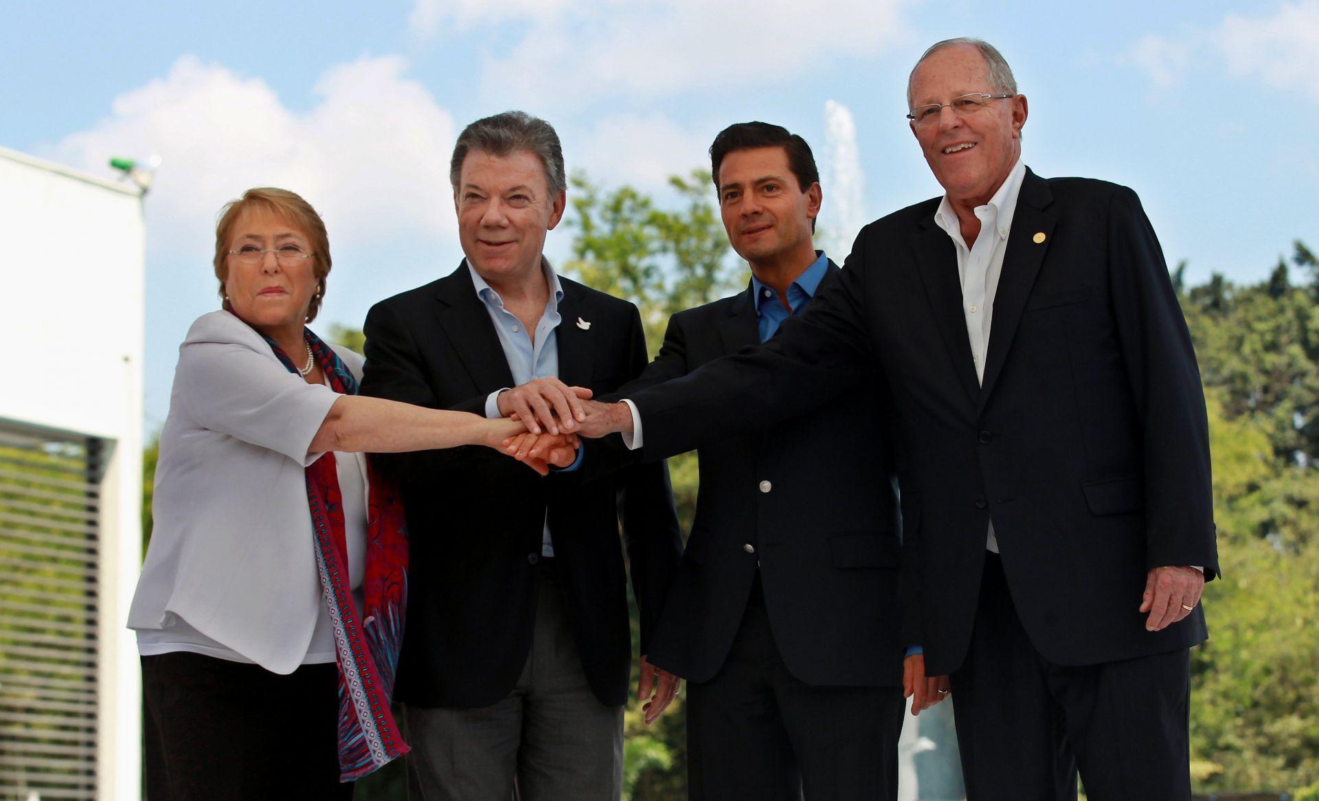 La presidenta de Chile Michelle Bachelet (i), el presidente de Colombia Juan Manuel Santos (2i), el presidente de México Enrique Peña Nieto (2d) y el presidente de Perú Pedro Pablo Kuczynski (d)