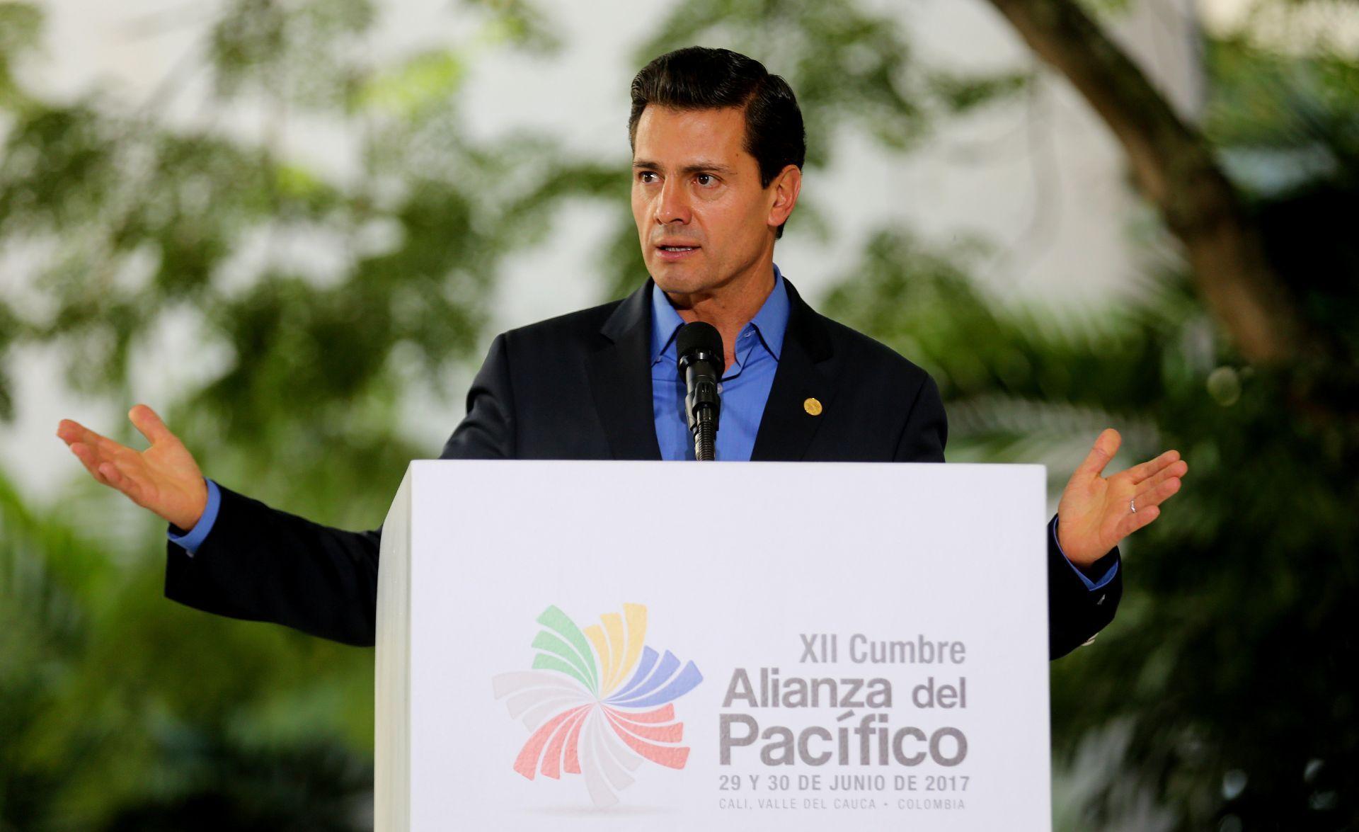 El presidente de México, Enrique Peña Nieto, habla durante la rueda de prensa final de la XII Cumbre Alianza del Pacífico