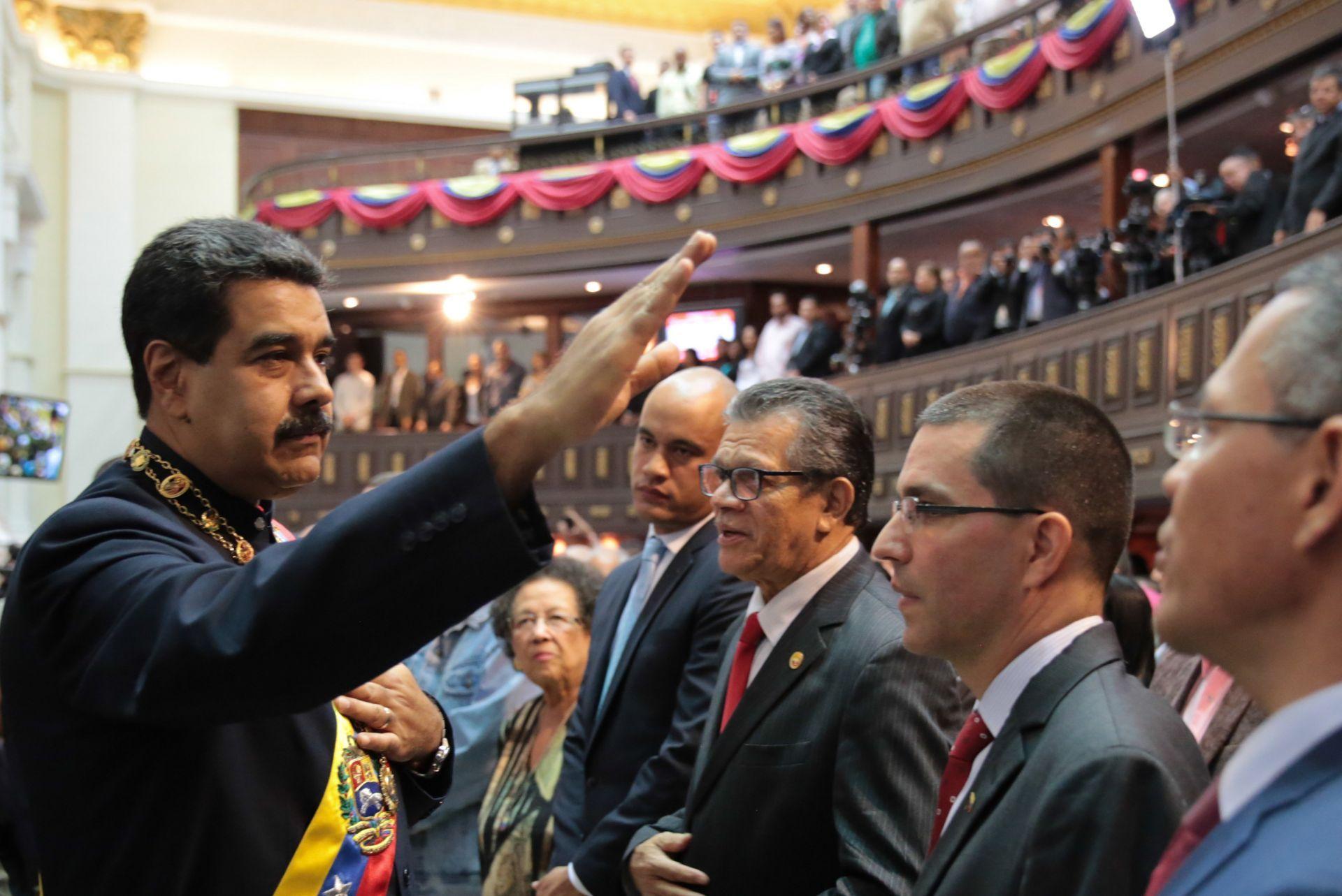 Fotografía cedida por prensa de Miraflores donde se observa al presidente de Venezuela, Nicolás Maduro (i), mientras participa en un acto de la Asamblea Nacional Constituyente.
