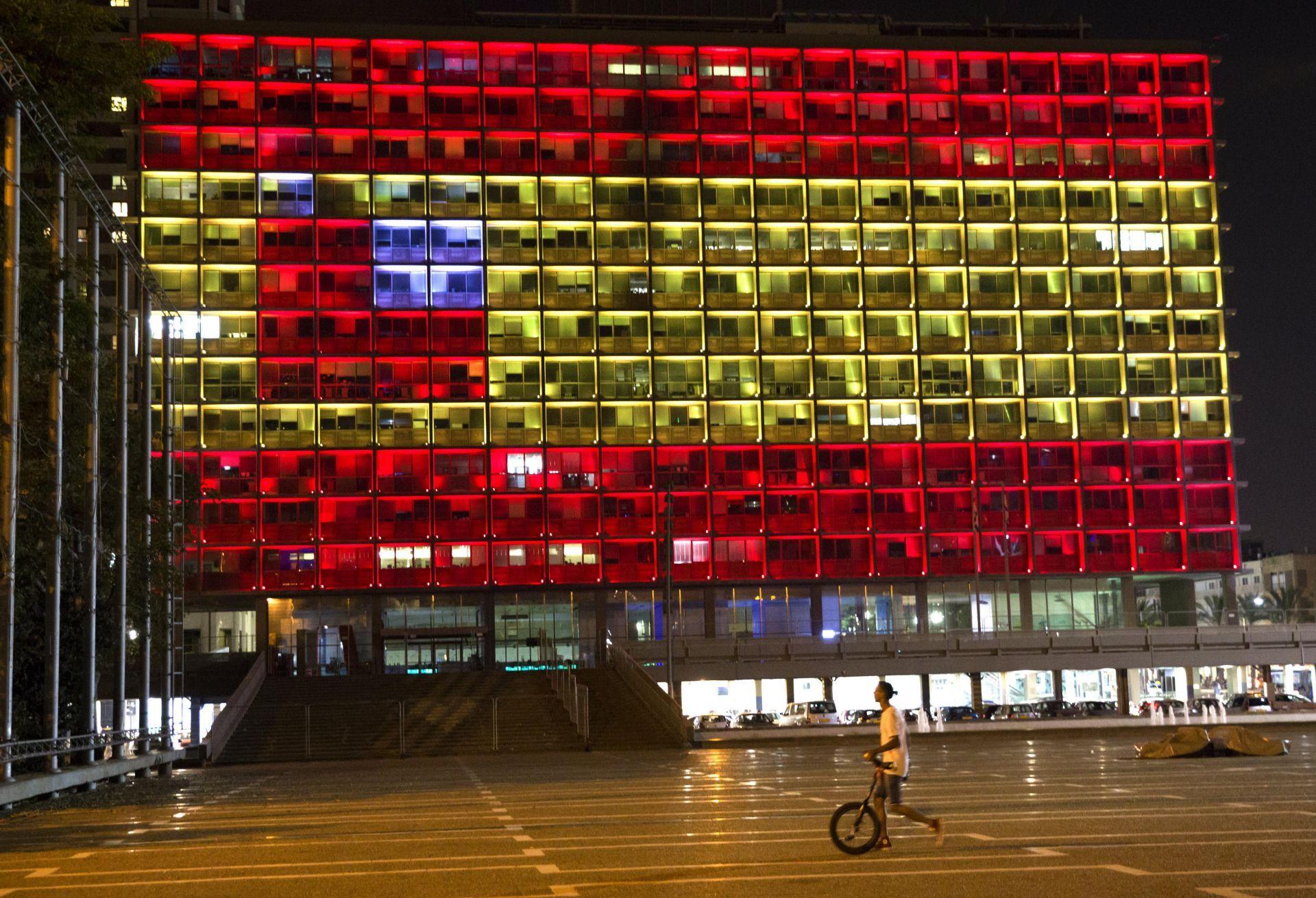 Las franjas rojas y amarilla de la bandera de España iluminan hoy, jueves 17 de agosto de 2017, en honor a los 13 muertos y a los los más de 50 heridos en el atentado de Barcelona, en el Ayuntamiento de Tel Aviv, en el parque Rabin, en Tel Aviv (Israel).