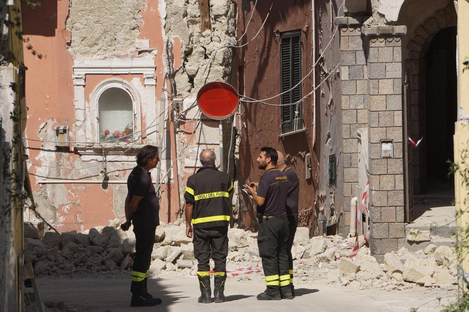 Rescatan a los dos niños sepultados tras el terremoto en Ischia