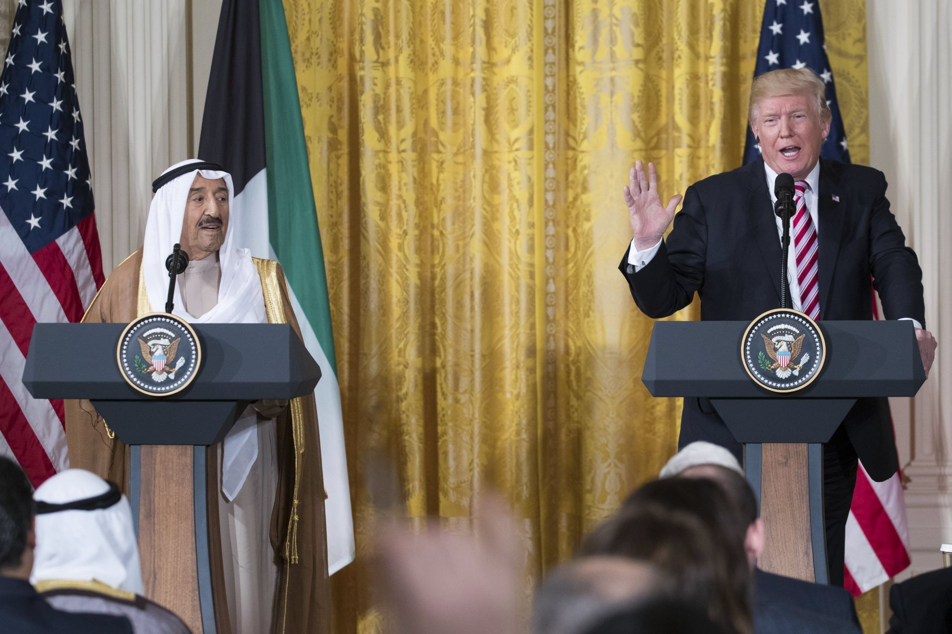El presidente de los Estados Unidos Donald J. Trump (d) responde preguntas a periodistas durante una rueda de prensa conjunta con Amir Sabah al-Ahmed al-Jaber al-Sabah (i) de Kuwait hoy, jueves 7 de septiembre de 2017, en el Salón Este de la Casa Blanca en Washington (EE.UU.).