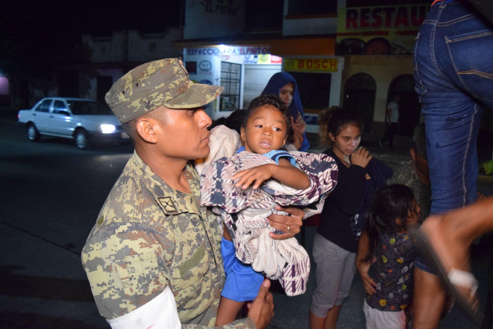Bomberos y Protección Civil evacúan hoy, viernes 8 de septiembre de 2017, a residentes del municipio de Tapachula, en el estado de Chiapas, tras el fuerte sismo de magnitud ocho en la escala abierta de Richter que sacudió hoy violentamente a México. El fuerte terremoto registrado en la noche del jueves en México ha dejado al menos 32 muertos en el sur del país -23 en el estado de Oaxaca, 7 en Chiapas y 2 en Tabasco-, según el informe preliminar de las autoridades.
