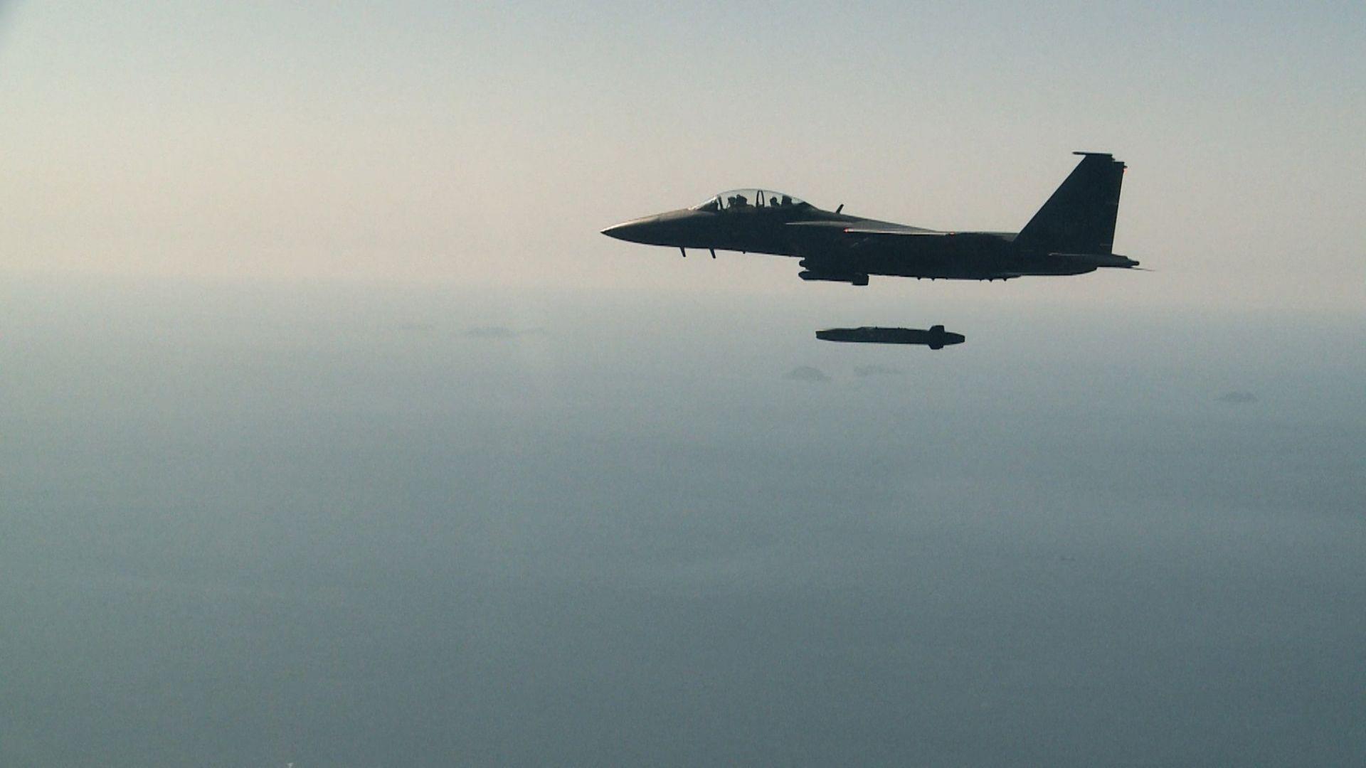 Un caza F-15K con un misil de crucero aire-tierra de largo alcance Taurus sobrevuela Taean en Corea del Sur hoy, 13 de septiembre de 2017.
