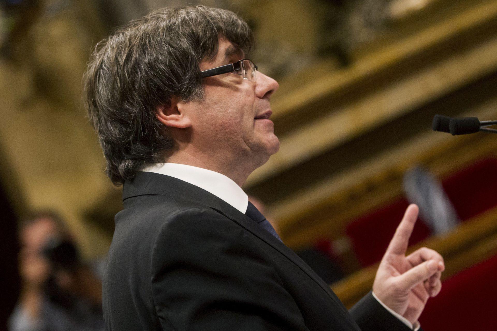 Gobierno España ve inadmisible declarar independencia Cataluña y suspenderla