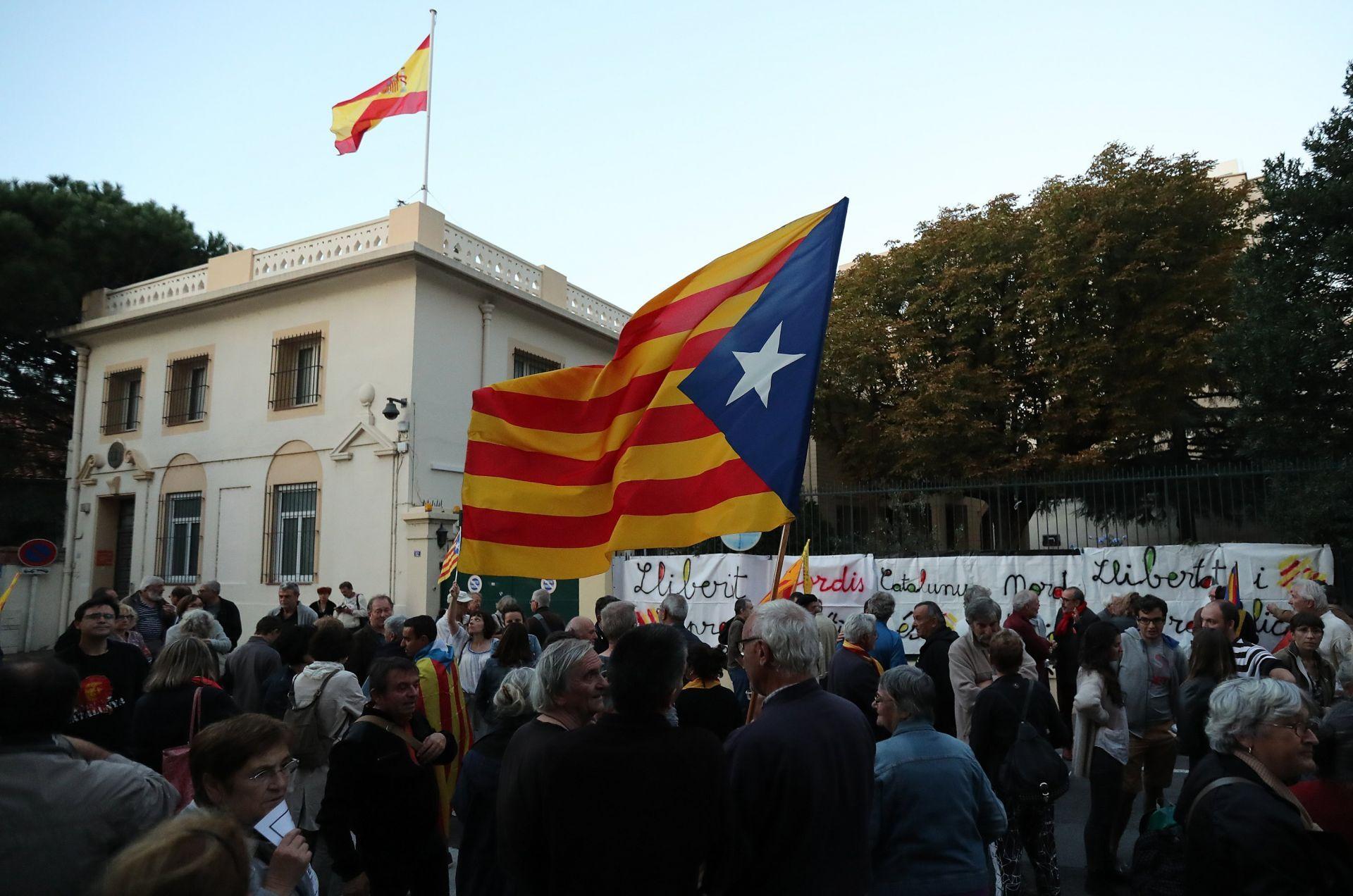 Personas sostienen banderas catalanas y gritan consignas durante una manifestación