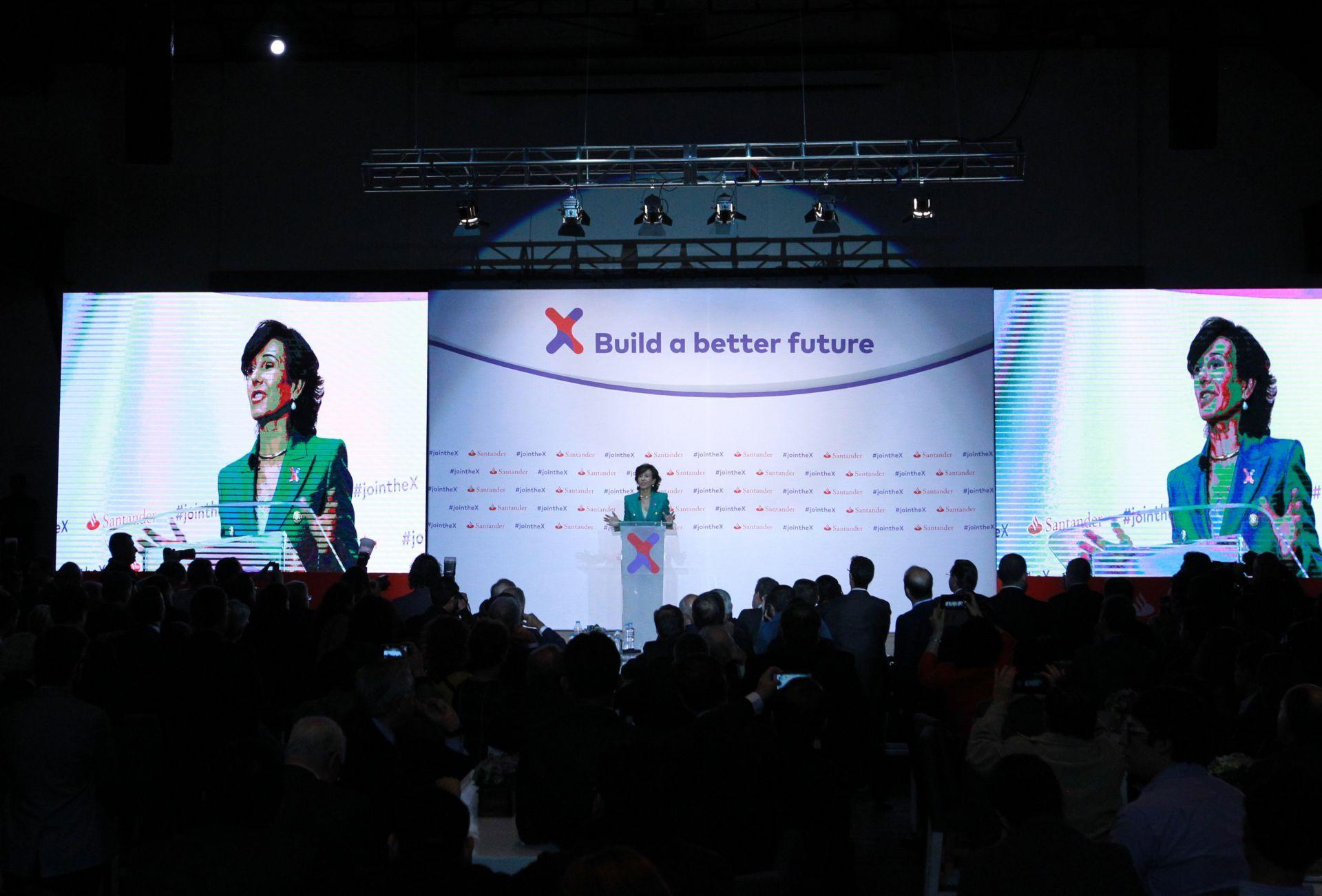 La presidenta del grupo Santander, Ana Botín, habla durante la presentación de un programa de emprendimiento universitario.