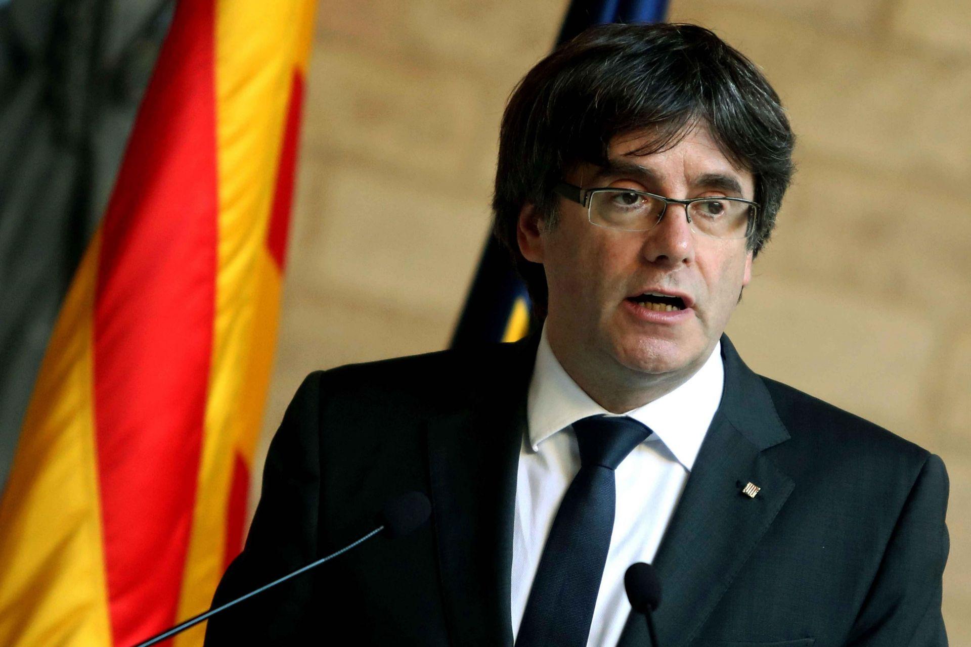 """El presidente de la Generalitat, Carles Puigdemont, durante la comparecencia que ha realizado esta tarde en el Palau de la Generalitat, en Barcelona, en la que ha dejado vía libre para que el Parlament apruebe una declaración de independencia, al no haber obtenido """"garantías"""" por parte del Gobierno de Mariano Rajoy para celebrar unas elecciones anticipadas en Cataluña sin aplicar el artículo 155."""