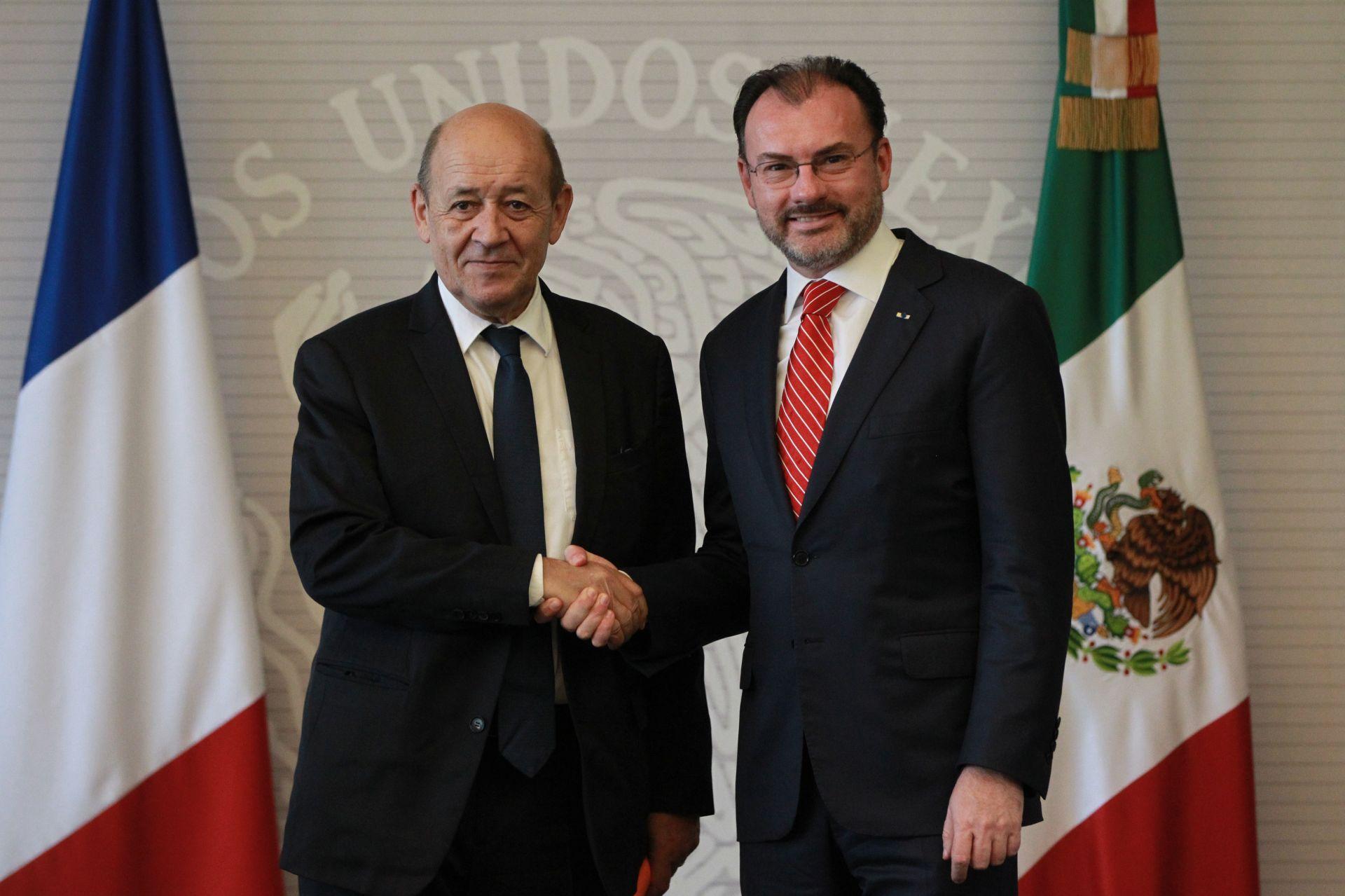 El ministro para Europa y Asuntos Exteriores de Francia, Jean-Yves Le Drian (i), se encuentra con el canciller de México, Luis Videgaray Caso (d).