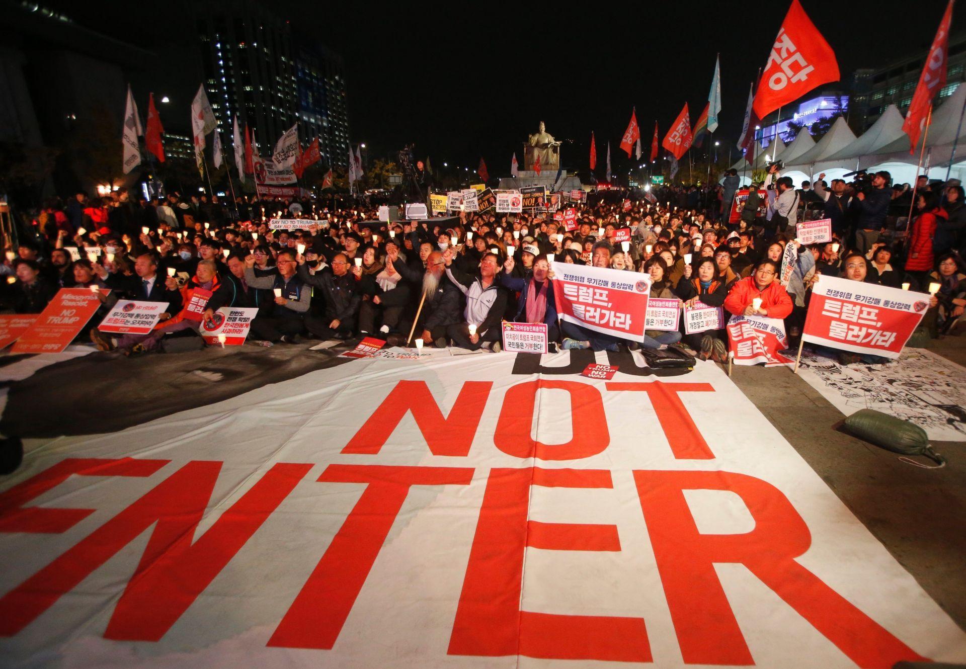 Manifestantes protestan en contra de la visita del presidente de los Estados Unidos, Donald Trump, en Seúl (Corea del Sur) hoy, 7 de noviembre de 2017.