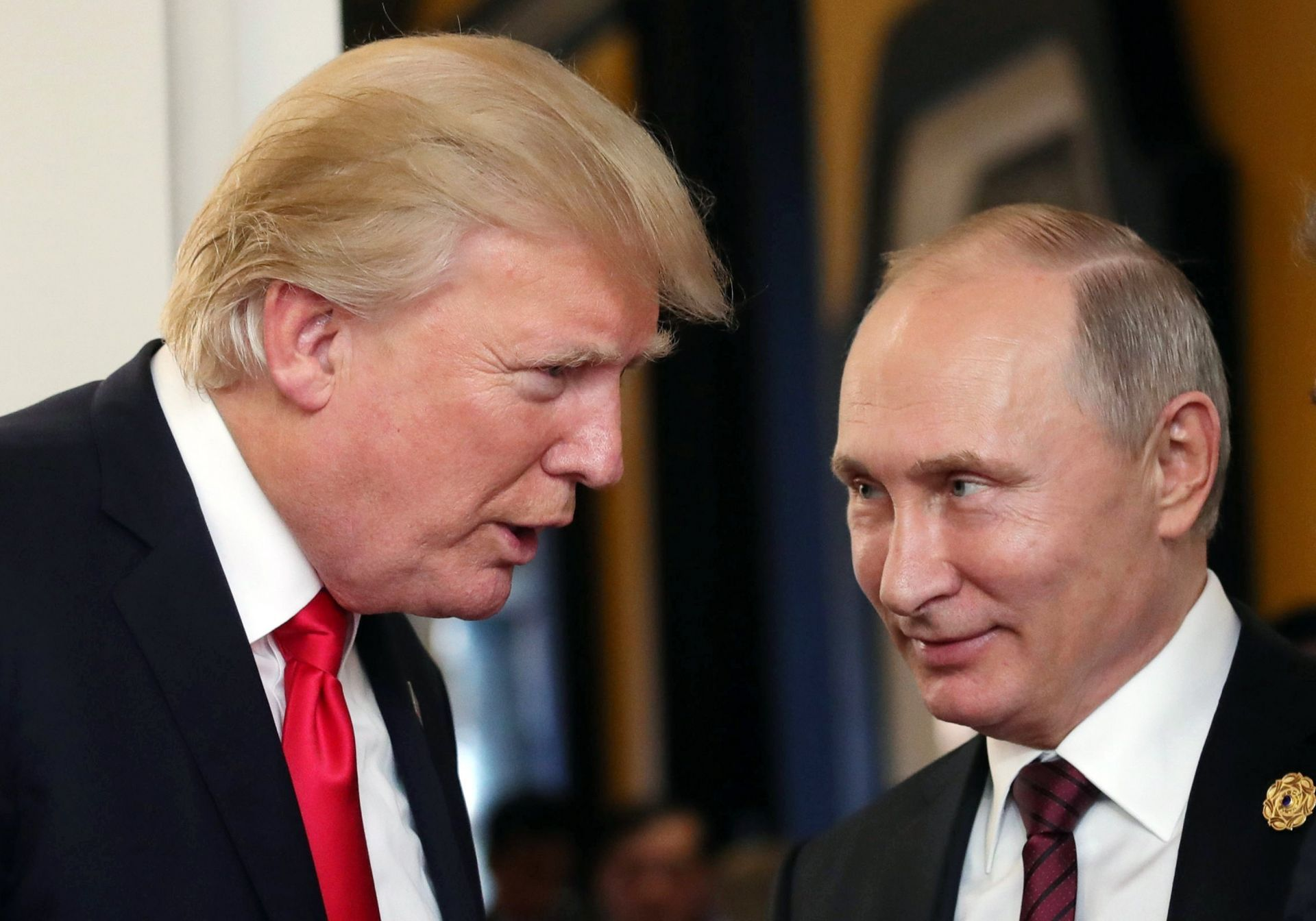 Vladimir Putin (R) and US President Donald J. Trump (L).