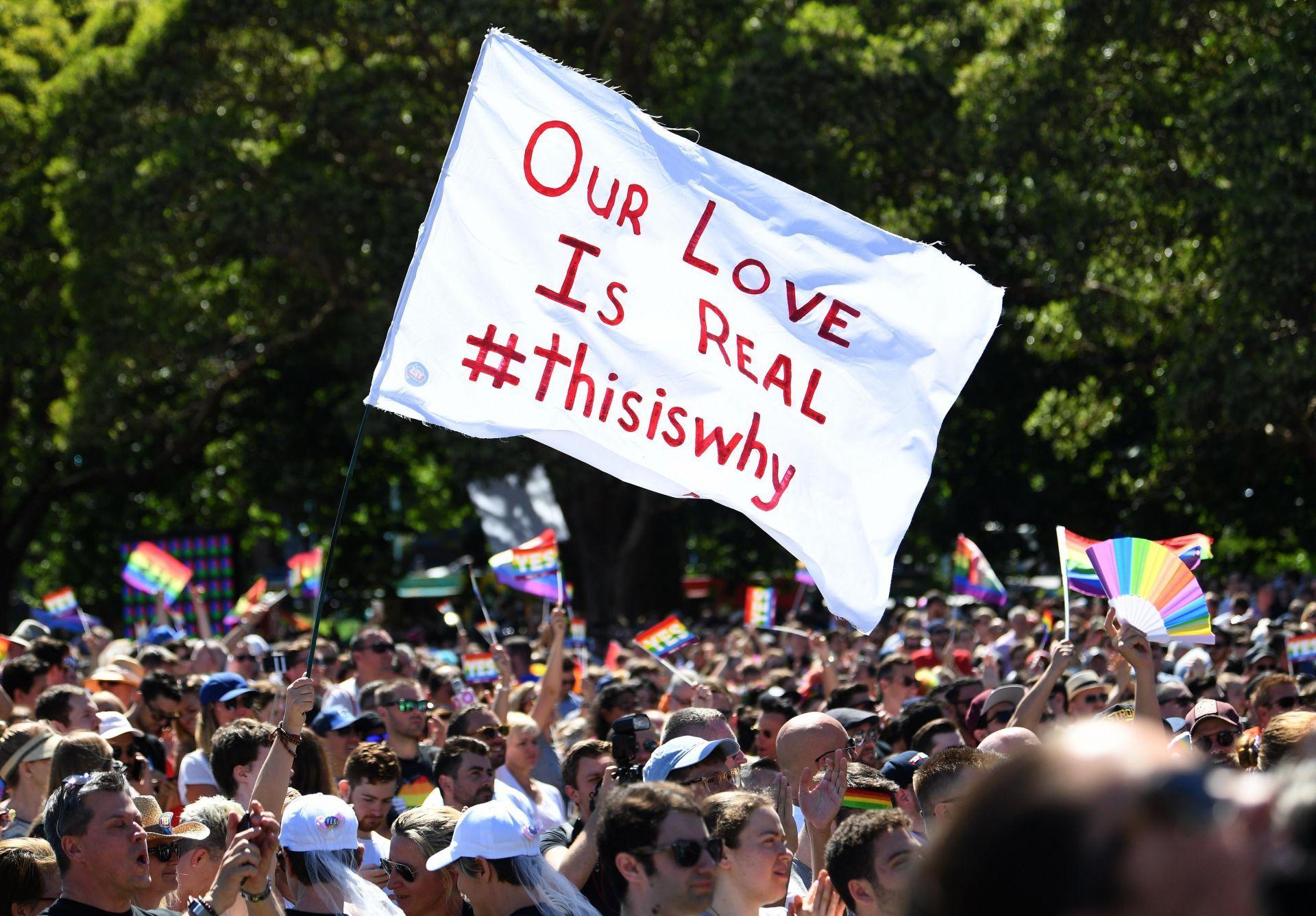 Personas reaccionan al conocerse el resultado de la encuesta postal sobre el matrimonio del mismo sexo hoy, miércoles 15 de noviembre de 2017, en el Prince Regent Park de Sídney (Australia).