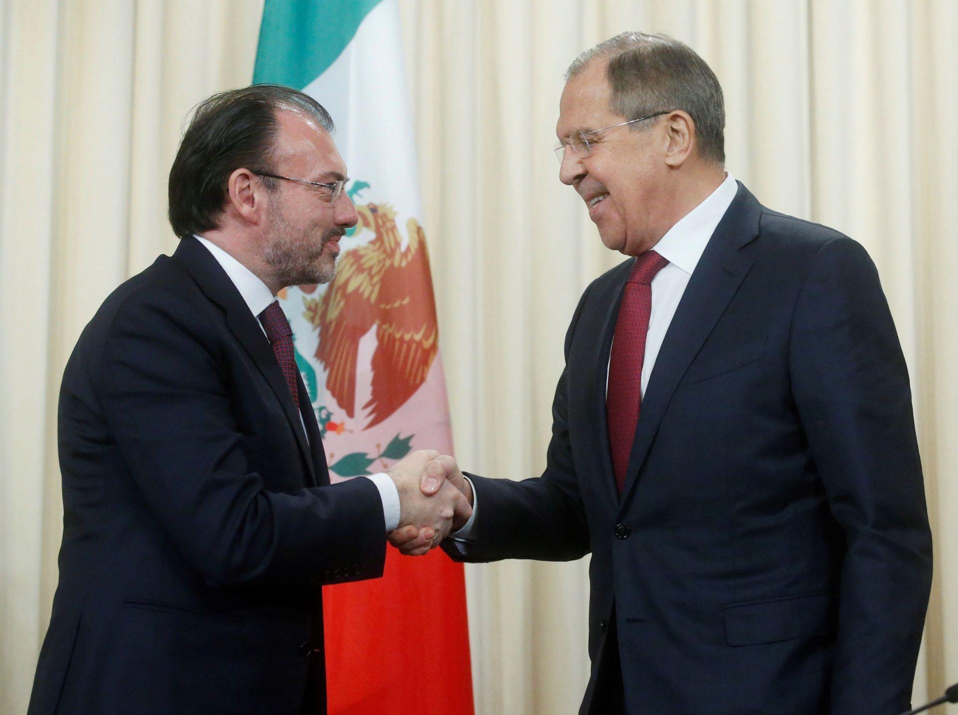 El ministro de Asuntos Exteriores mexicano, Luis Videgara (i), estrecha la mano de su homólogo ruso, Sergéi Lavrov, durante la rueda de prensa que ofrecieron tras su reunión en Moscú, Rusia, hoy 17 de noviembre de 2017.