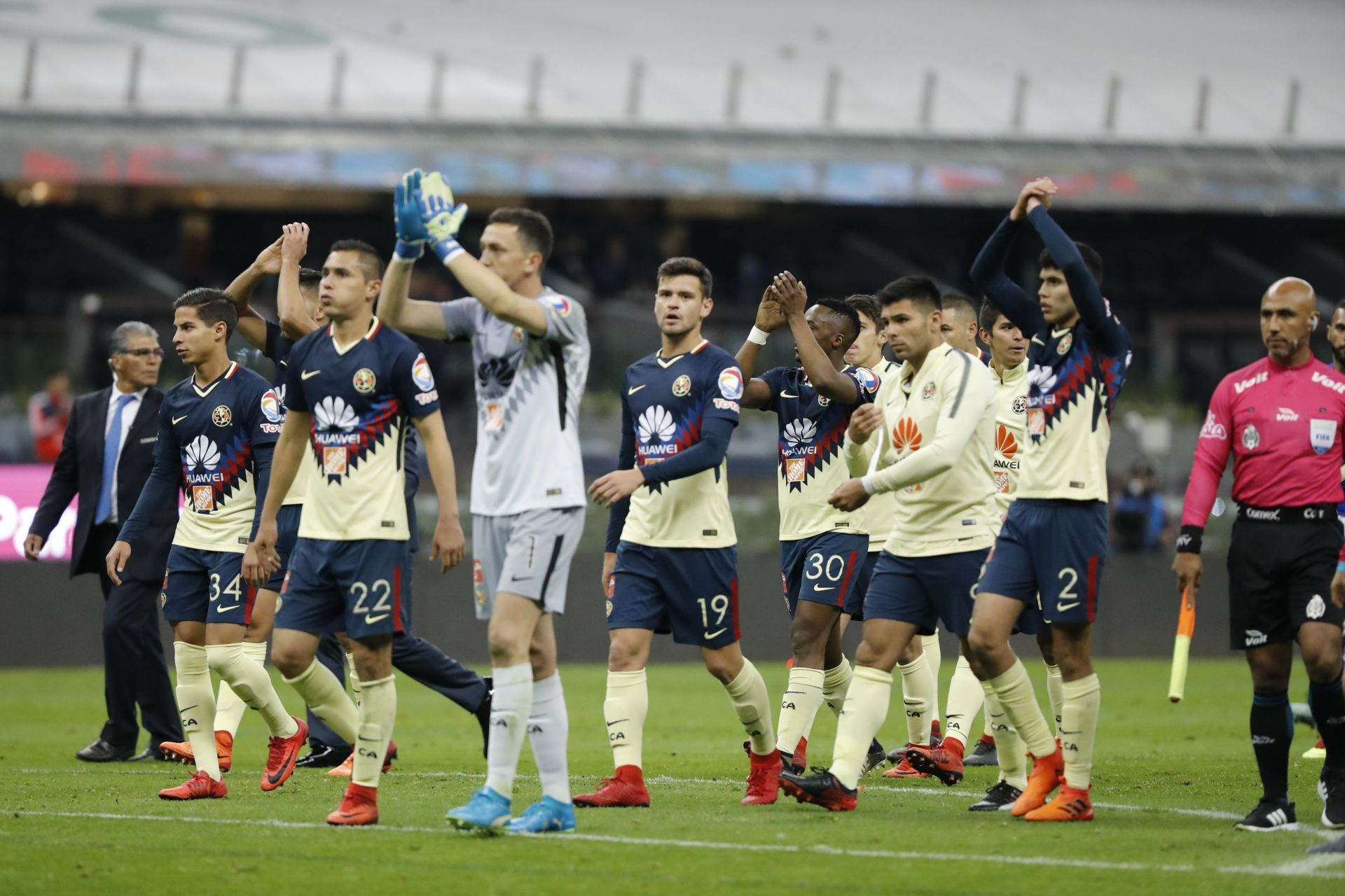 Jugadores de América festejan tras el juego de vuelta de los cuartos de final del torneo mexicano de fútbol, entre el América y el Cruz Azul, celebrado en el estadio Azteca, en Ciudad de México, (México).