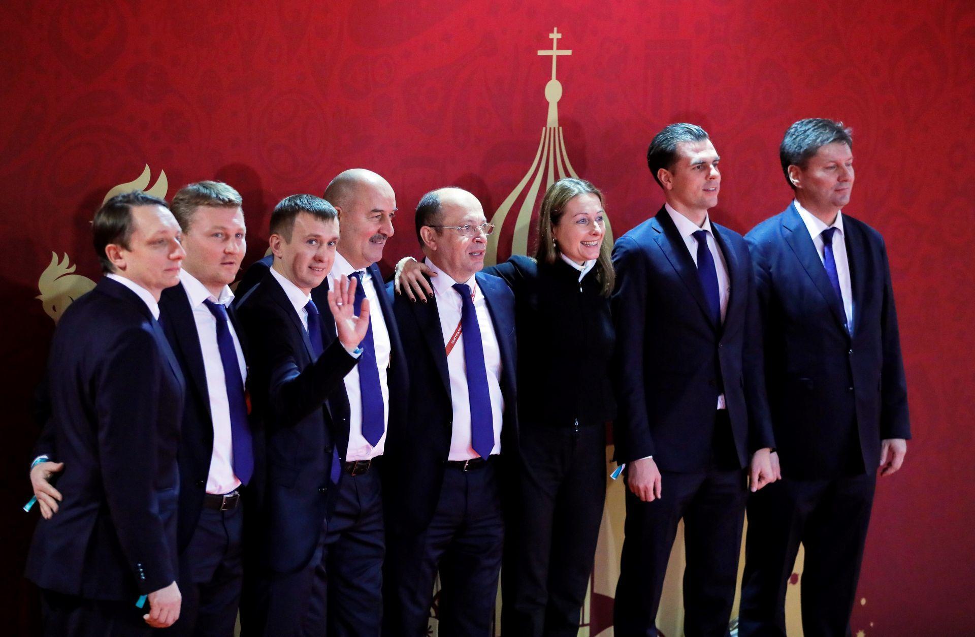 El entrenador de la selección de Rusia, Stanislav Cherchesov (4-i), posa con miembros de la delegación rusa a su llegada al sorteo para el Mundial de Rusia 2018, en Moscú.