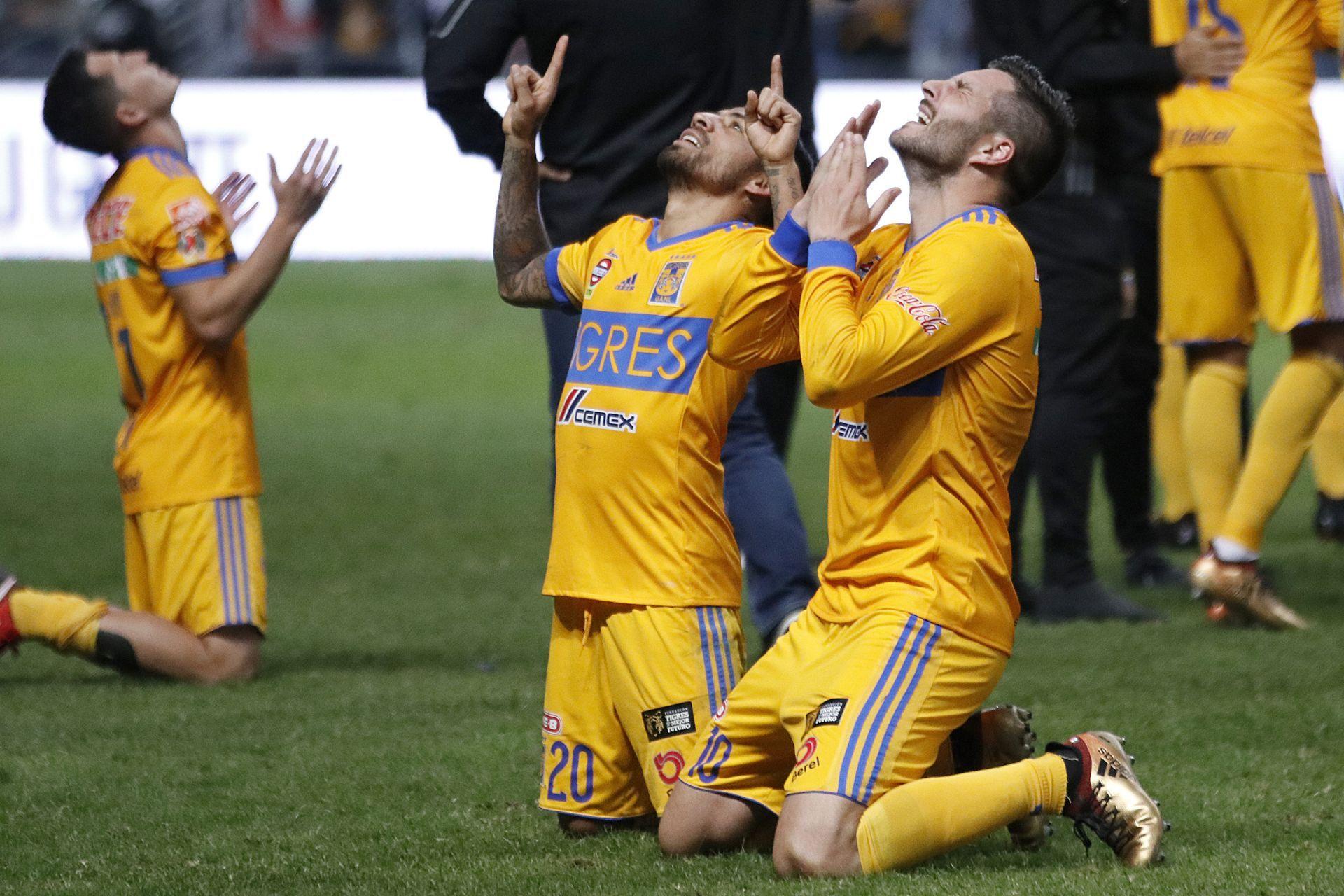 André Pierre Gignac (d) y Javier Aquino (i) de Tigres celebran la victoria ante Monterrey