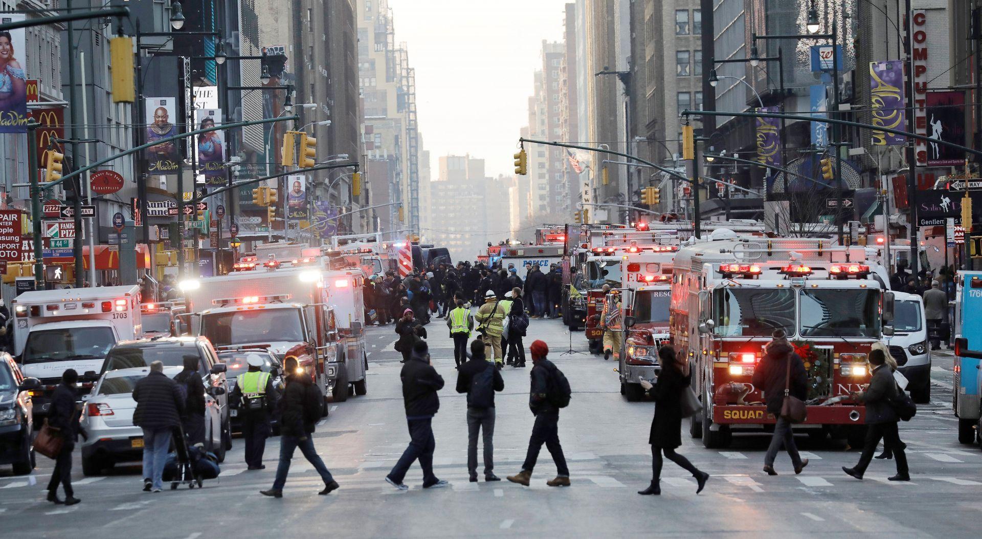 Agentes de Policía y Bomberos de Nueva York permanecen en las inmediaciones de la terminal de autobuses de la Autoridad del Puerto en Nueva York (Estados Unidos) hoy, 11 de diciembre de 2017.