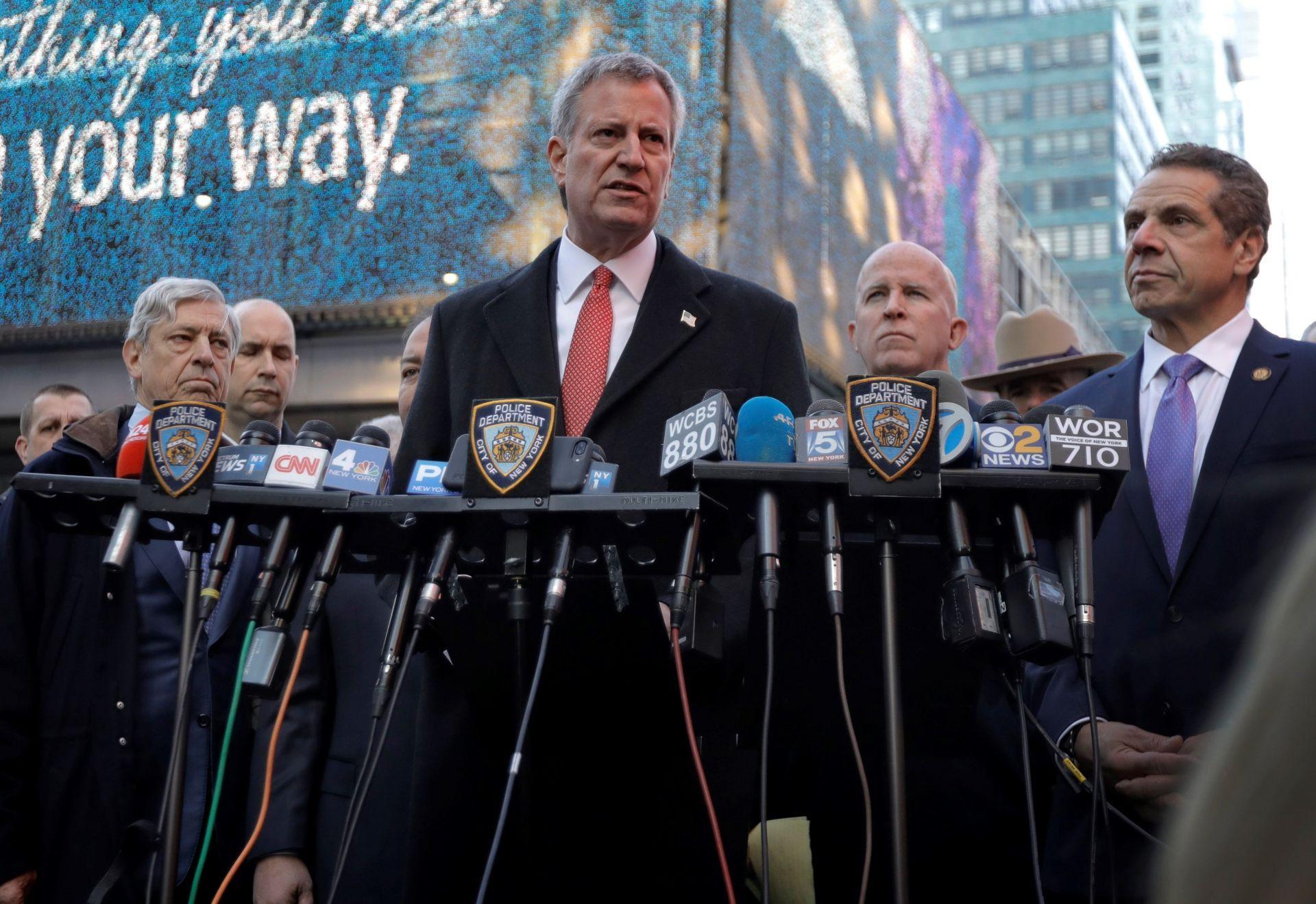 El alcalde de Nueva York, Bill de Blasio (c), ofrece una rueda de prensa junto a la terminal de autobuses de la Autoridad del Puerto en Nueva York (Estados Unidos) hoy, 11 de diciembre de 2017.