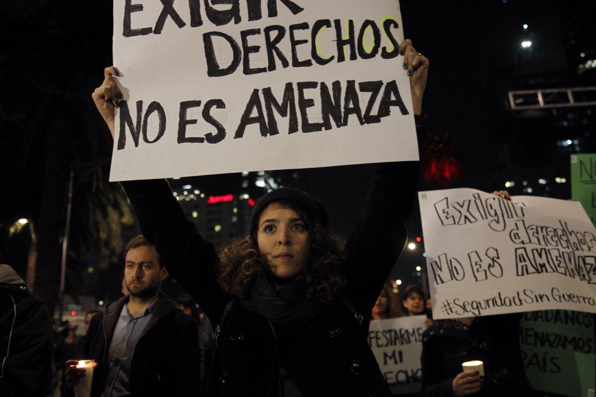 Integrantes de varias organizaciones civiles participan en la velada de la paz en rechazo a la ley de seguridad interior.