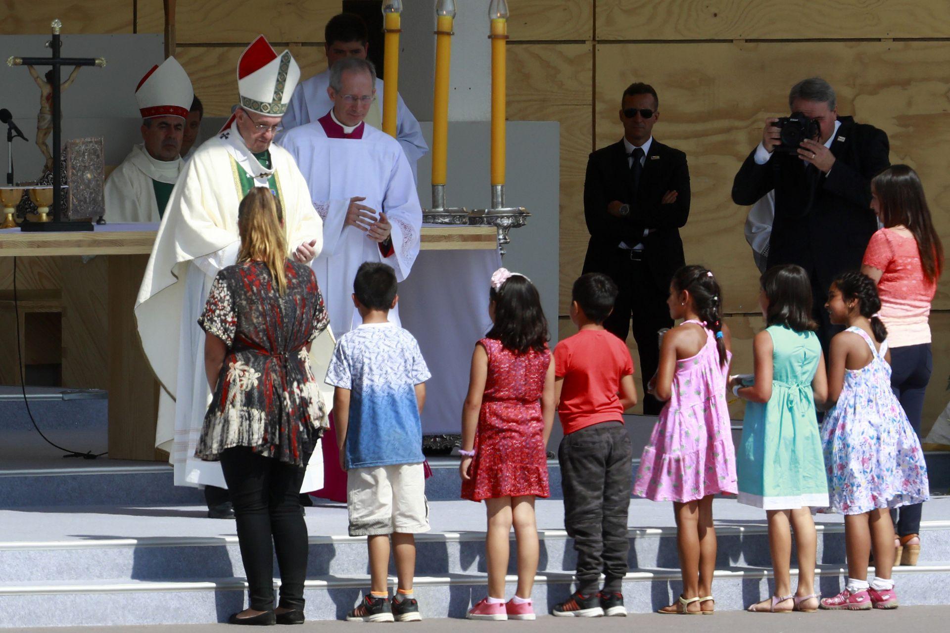 El papa expresó su perdón y vergüenza por abusos a menores del clero chileno