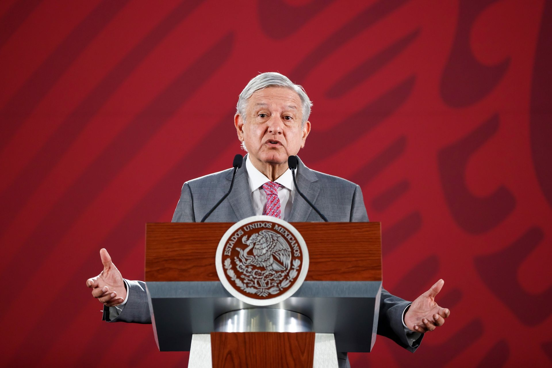 AMLO_armswideopen