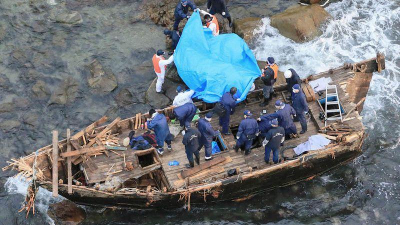 Hallan nuevo barco fantasma norcoreano con 7 cadáveres en la costa de Japón