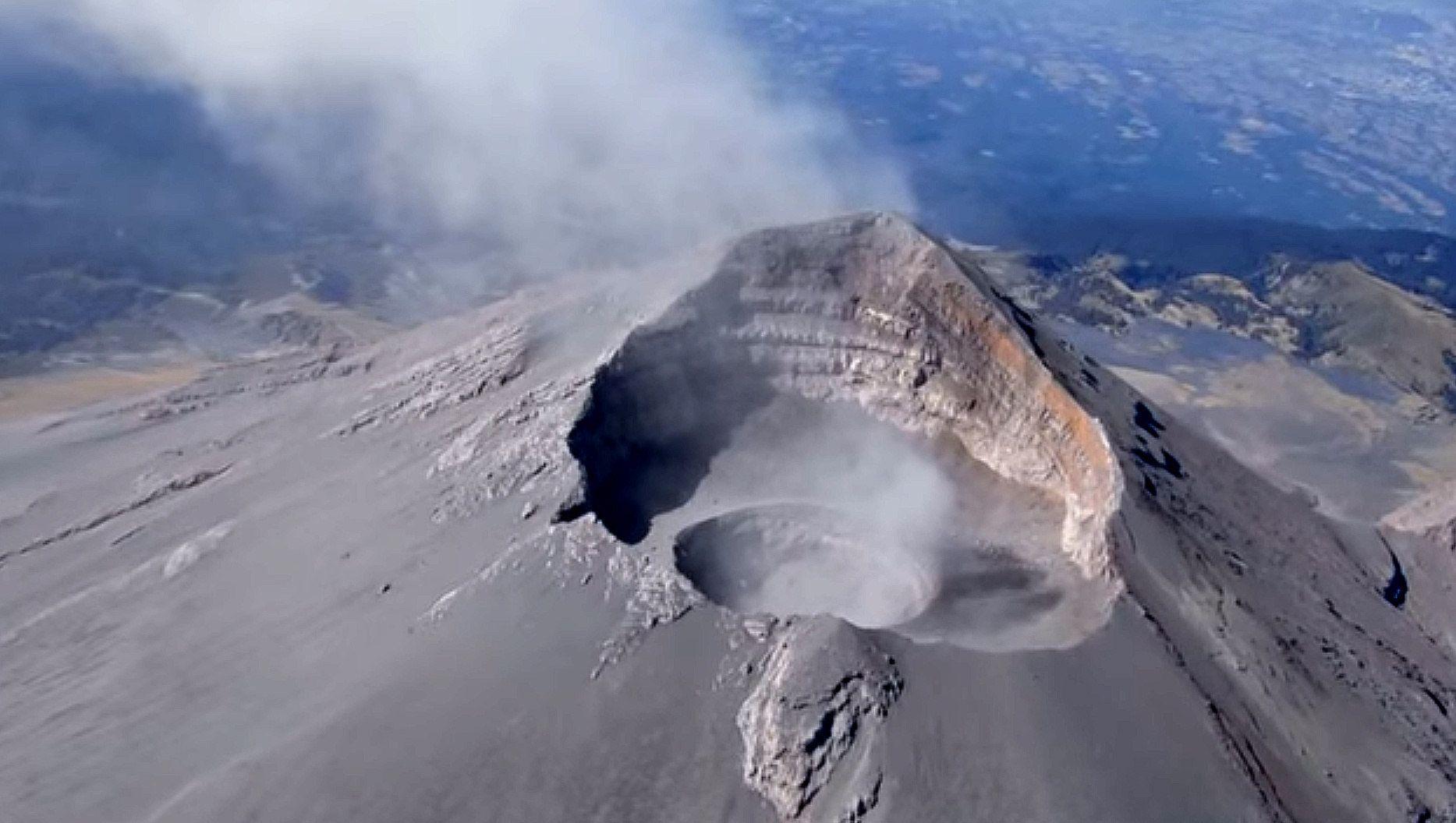 Actividad explosiva de volcán Popocatépetl aumenta dimensiones de cráter interno