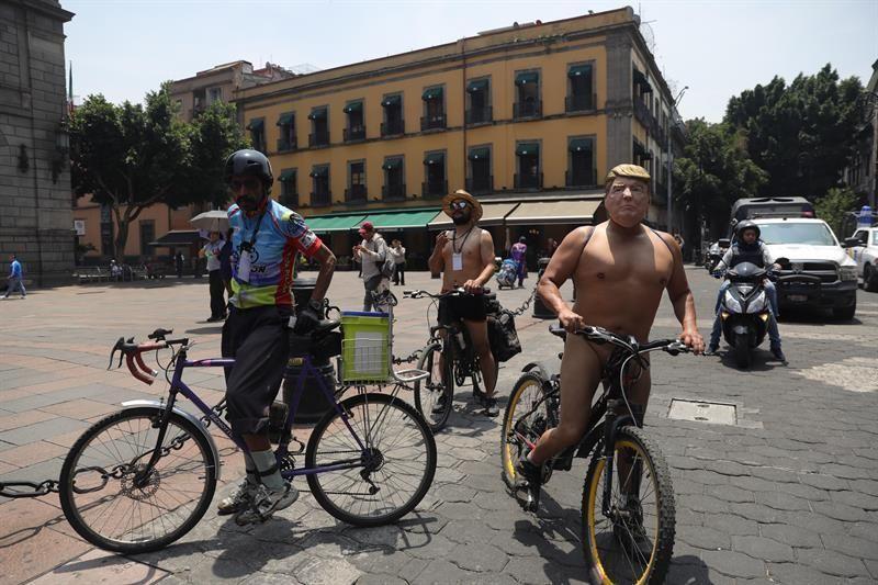ciclistas-circulan-desnudos-por-ciudad-de-mexico