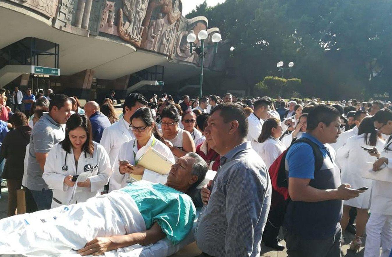 Cientosdepersonasentremédicos,pacientesyenfermerasdesalojanelCentroMédicodeCiudaddeMéxico