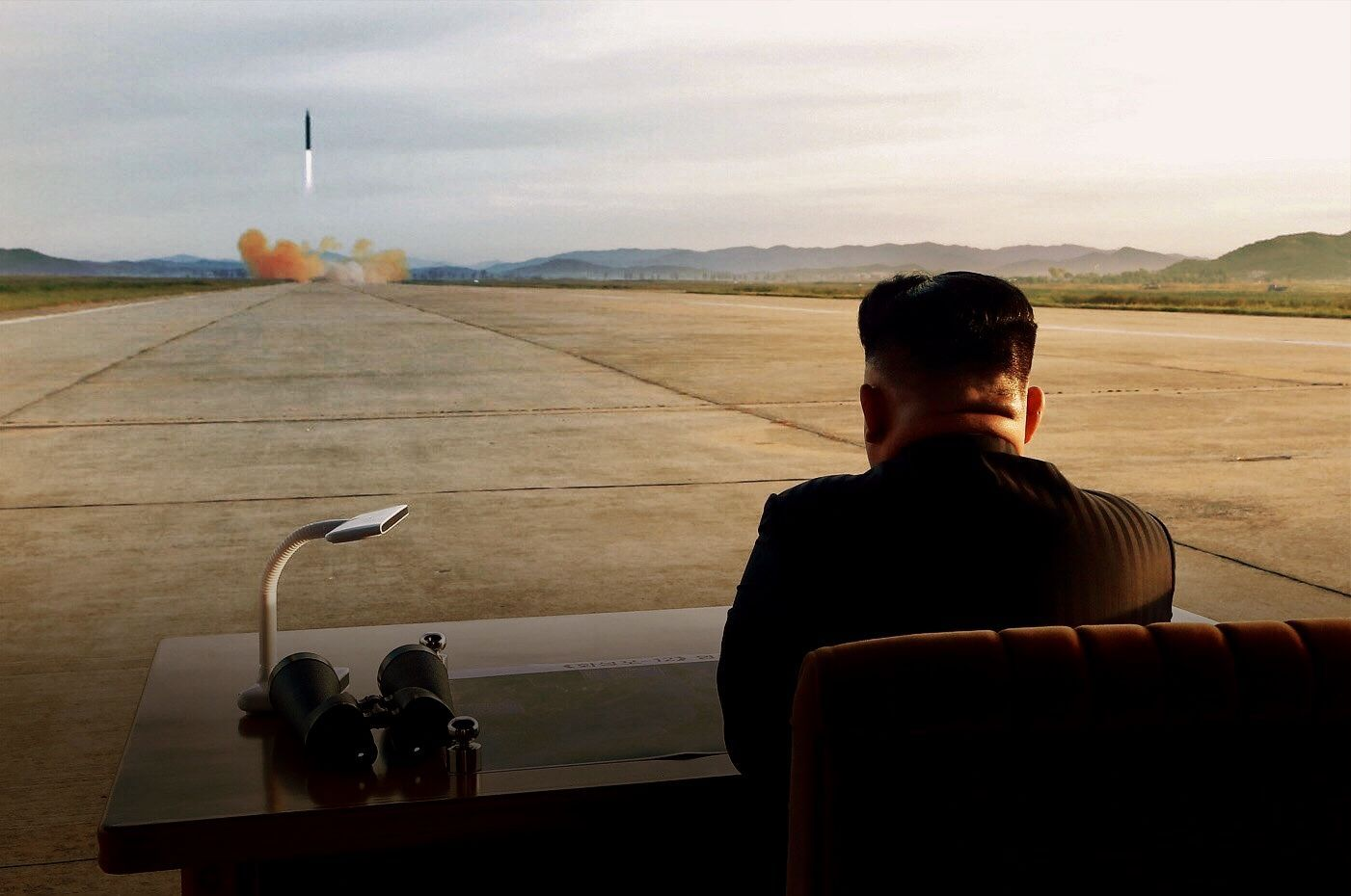 Kim Jong Un (d), mientras guía el lanzamiento de un misil balístico de mediano a largo alcance.