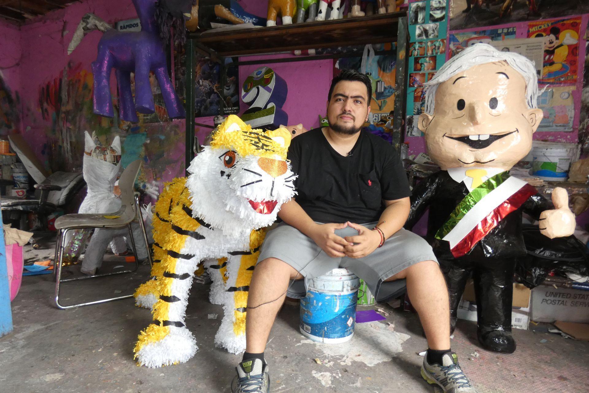 Fotografíafechadaelviernes4deabrilde2018,quemuestraalartesanoDaltónJavierávalosmientrasposaensunegociodepiñatas,enlaciudaddeReynosa,enelestadodeTamaulipas(México)