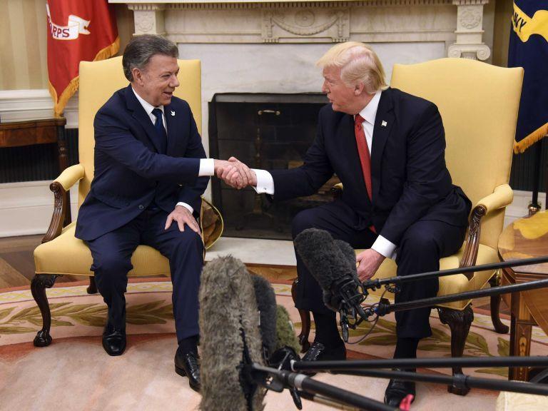 El presidente de Estados Unidos, Donald J. Trump (d), estrecha la mano del presidente de Colombia, Juan Manuel Santos (i), durante una reunión en la Oficina Oval de la Casa Blanca.