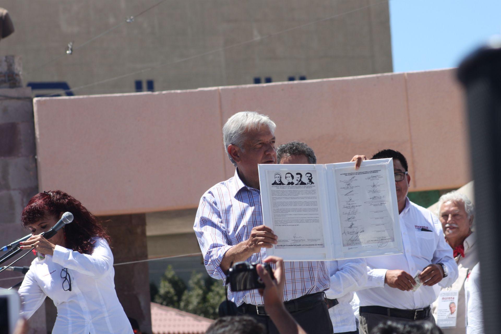 Firma AMLO acuerdo político de unidad en la capital del estado
