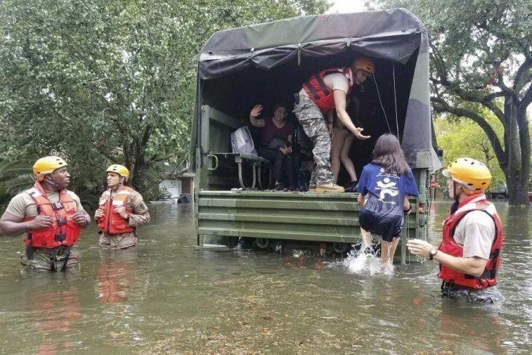 Cientos de personas esperan ser rescatados en Houston tras el paso de Harvey