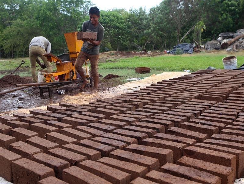 mexicano-fabrica-casa-hecha-de-sargazo-que-sera-replicada-en-el-caribe