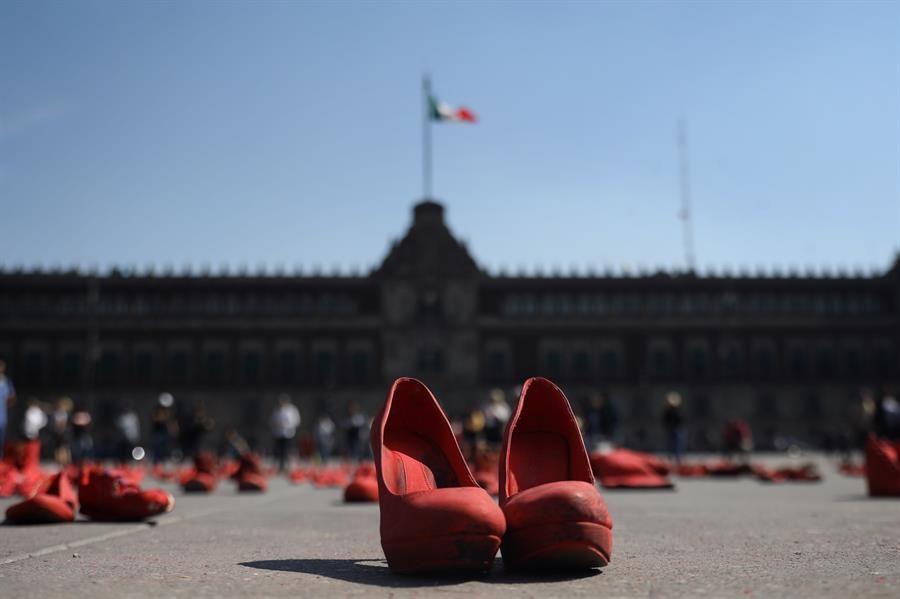 obra-zapatos-rojo-llega-al-zocalo-mexicano-a-concienciar-sobre-feminicidios