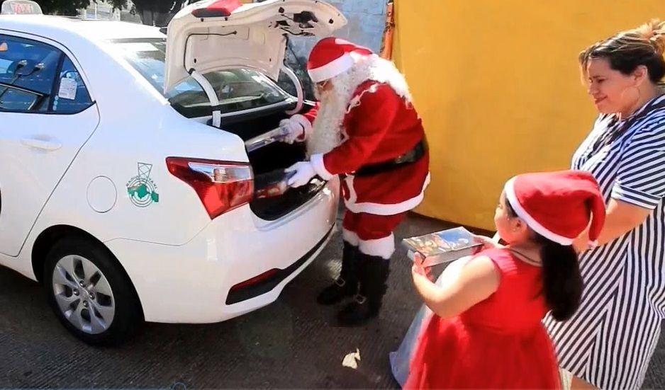 santa-claus-taxista-recolecta-juguetes-para-ninos-pobres-en-mexico
