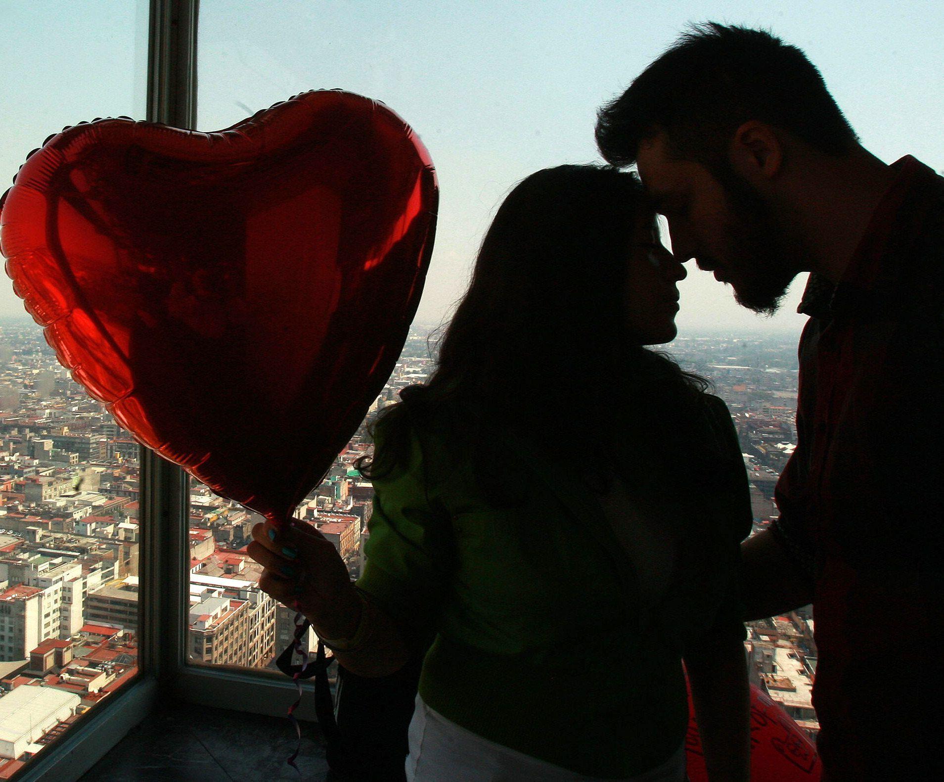 Fotografía de archivo del 14 de febrero de 2016, de una pareja en el día del Amor y la Amistad en Ciudad de México (México).