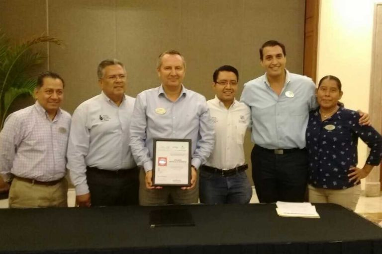 "Hotel Solmar recibe distintivo de ""Empresa Libre de Rezago Educativo"""