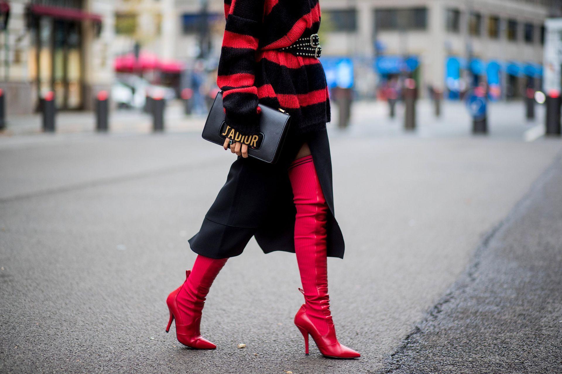 Miryam Labiad vistiendo un jersey de punto Faith Connexion a rayas negras rojas, una falda Chloe, un cinturón Rodarte negro, un bolso de mano Dior y botas sobrepuestas Fendi rojas.