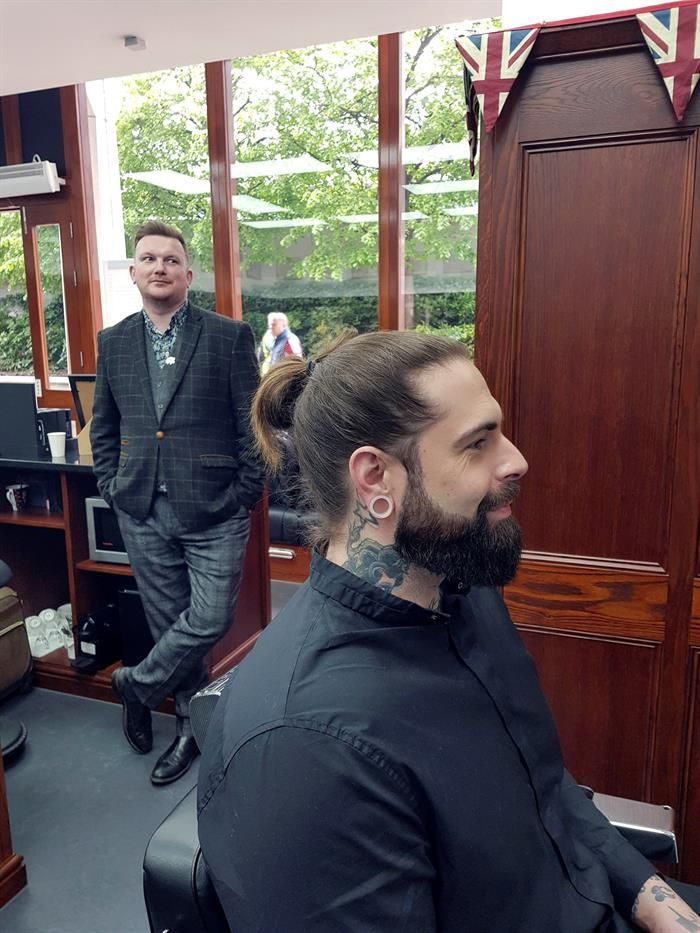 terapeuta-o-barbero-un-colectivo-britanico-salva-vidas-cortando-el-pelo
