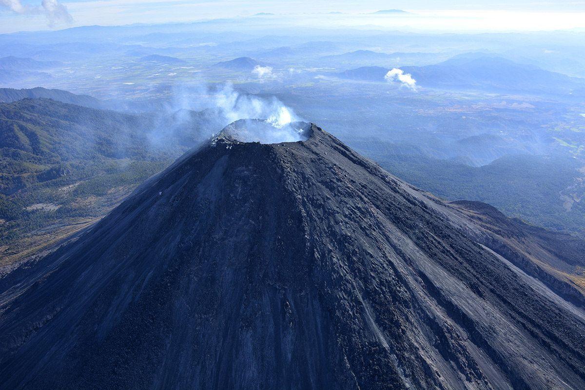 Volcán de Colima, con un cráter más profundo