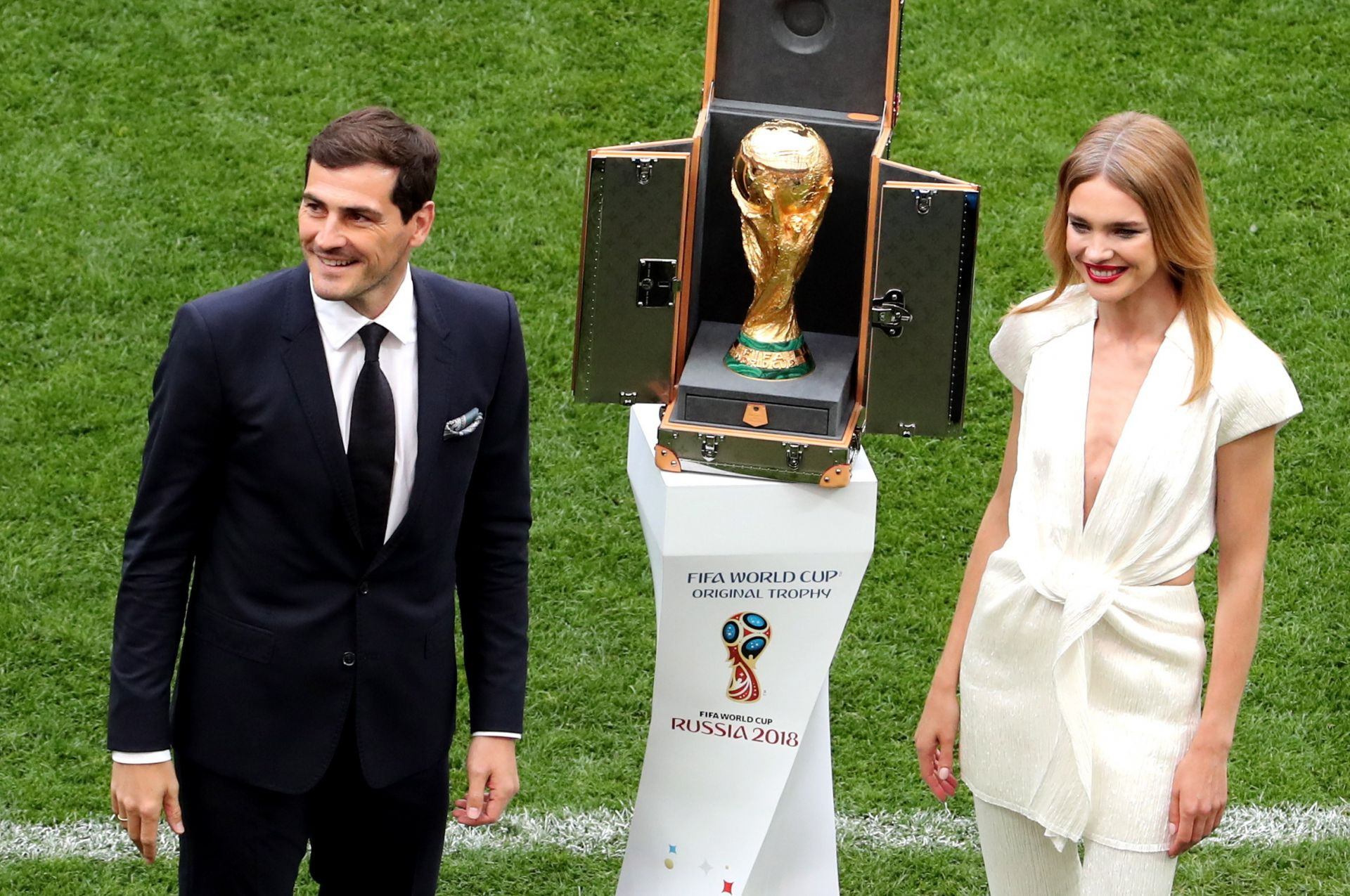 Spanish goalkeeper Iker Casillas (L) and Russian model Natalia Vodianova present the World Cup trophy