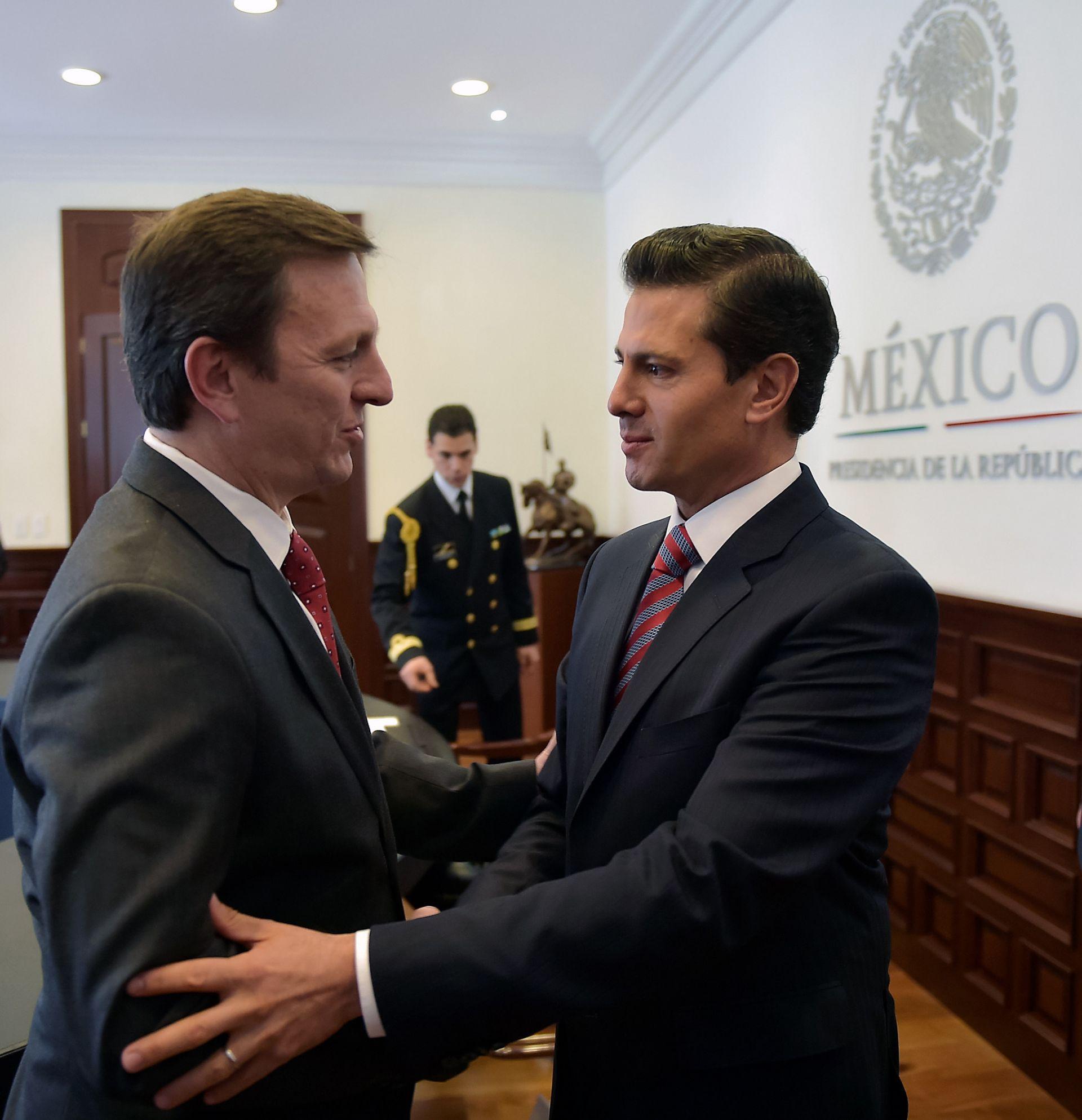 Enrique Peña Nieto (d) y Carlos Loria (i), del Comité de Protección de los Periodistas