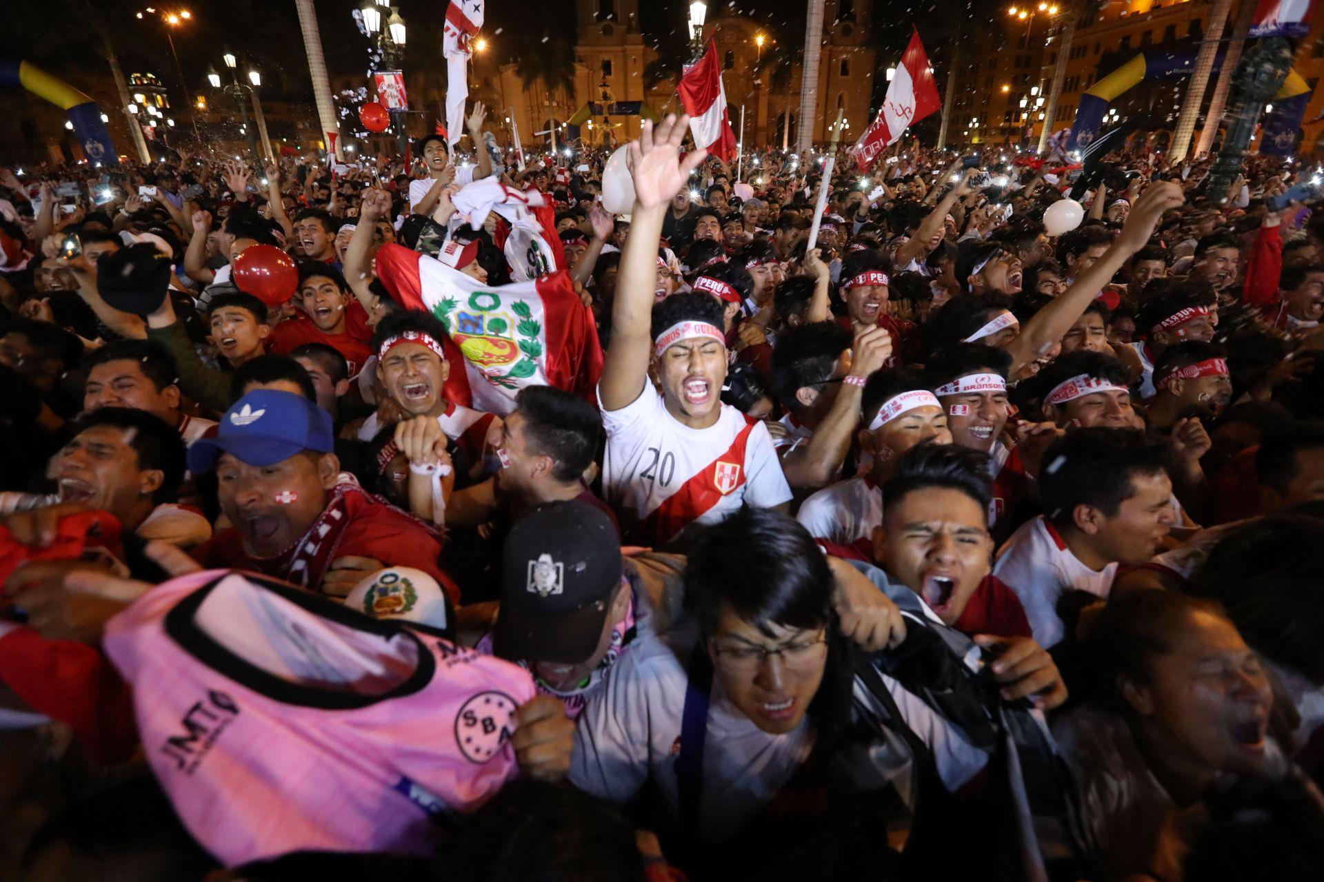 Peruanos festejan clasificación en las calle de Lima