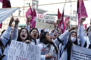 Alumnos de medicina protestan en Ciudad de México tras muerte de 3 jóvenes
